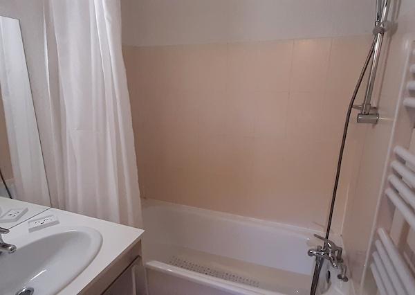 salle de bain appartement 321 les silènes à allevard